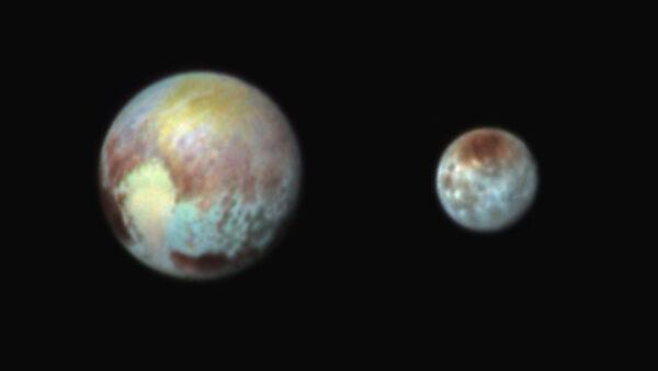 Mapa složení hornin na povrchu Pluta a Charonu - data z přístroje Ralph. Pořízeno 13. července v 9:38 SELČ.