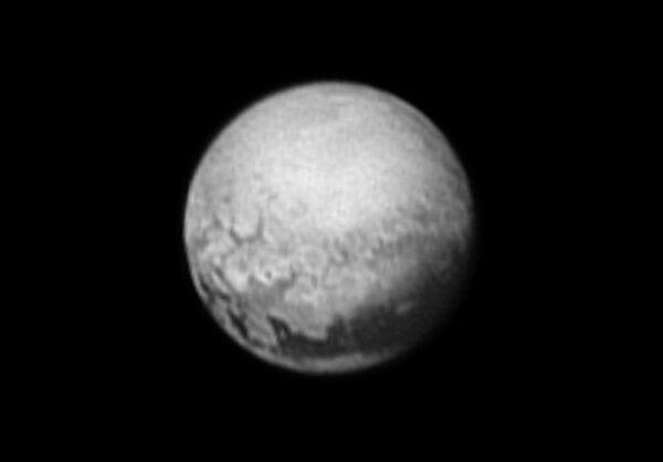 Snímek Pluta ze vzdálenosti 5,3 milionu kilometrů