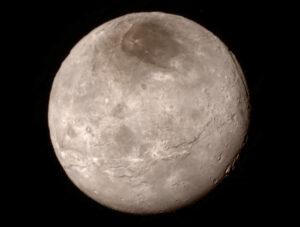 Měsíc Charon ze vzdálenosti 466 000 kilometrů