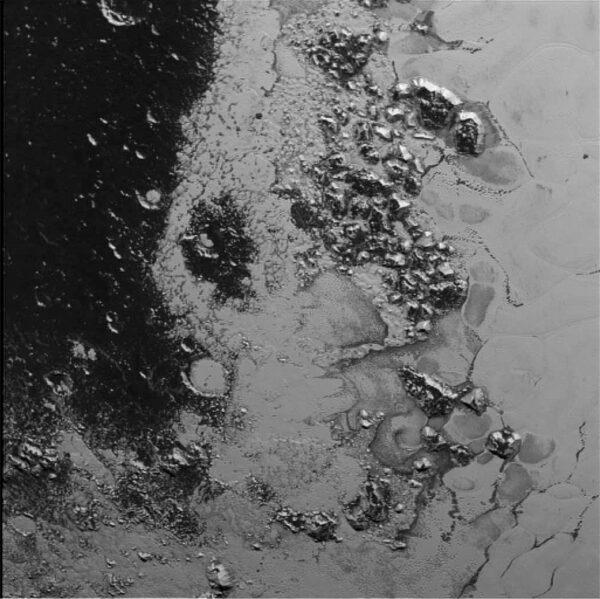 To nejlepší nakonec - snímek zachycující Tombaugh regio vznikl ve vzdálenosti 77 000 kilometrů od Pluta.
