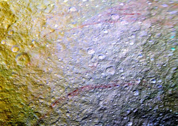Pruhy na měsíci Tethys