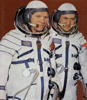 Na Saljutu 6 pobýval i československý kosmonaut Vladimír Remek (na fotce vpravo)). Spolu s ním letěl Alexej  Gubarev (vlevo)