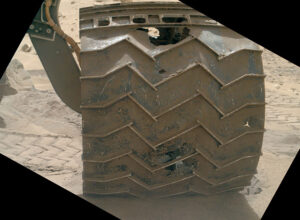 Plášť kol vozítka Curiosity je místy poškozený