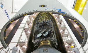 Ukládání družice WGS-7 pod aerodynamický kryt