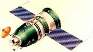 Loď Zond. Ačkoliv byly plánovány lety s posádkou, po úspěchu Apolla 8 byly všechny zrušeny. Starty probíhaly za pomoci rakety Proton. Fotky této rakety s lodí Zond jsou velmi známé díky záchrannému systému, který se na této raketě jinak neobjevuje. Zdroj: space.skyrocket.de/
