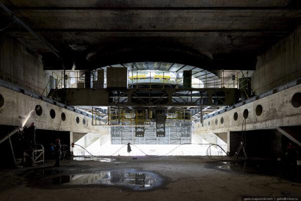 Pohled z hangáru, ve kterém plošina parkuje v okamžiku startu. Po stranách jsou patrné nosníky s kolejemi pro pojezd plošiny