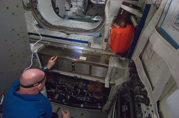 André Kupiers provádí inspekci a čištění ventilačního systému Columba.