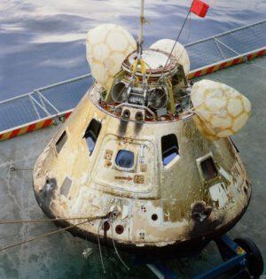 Kabina Apolla 8 po přistání a vylovení