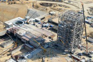 Pohled na staveniště startovací rampy s konstrukcí mobilní obslužné věže v dubnu letošního roku