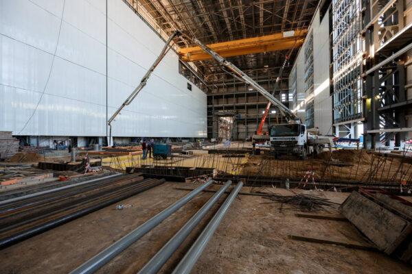V této montážní hale se provádí teprve betonáž podlahy