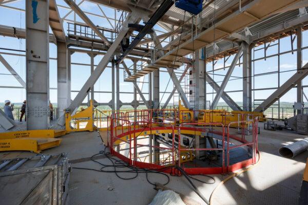 Mobilní obslužná věž, která se používá i na kosmodromu v Kourou