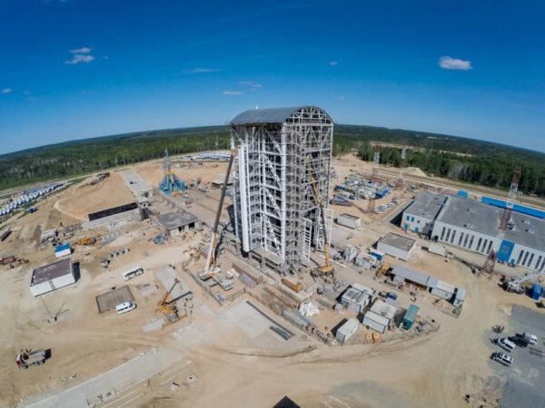 Kompletní pohled na mobilní věž vedle startovní rampy