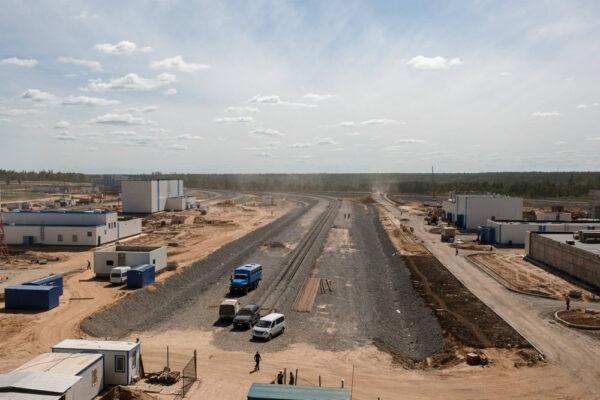 Snímek příjezdové železnice z nadhledu