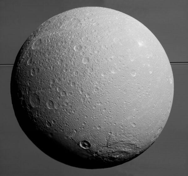 Dione při posledním obletu sondou Cassini