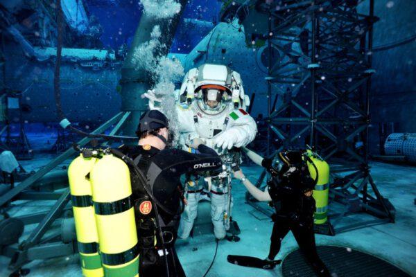 Potápěči provádějící počáteční vyvážení na začátku cvičení.