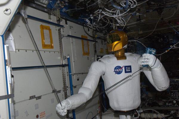Robonaut 2 při svém prvním měření proudění vzduchu na ISS.