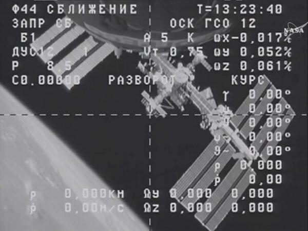 Snímek z palubní kamery Progressu zachycuje pohled na Mezinárodní vesmírnou stanici.