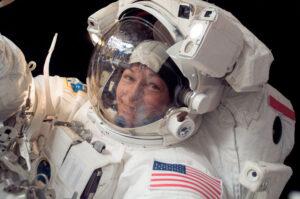 Peggy Whitson během výstupu do volného prostoru