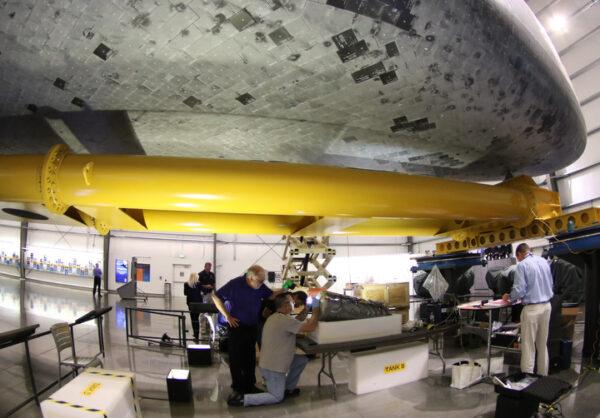 Vyjmutá nádrž na vodu z raketoplánu Endeavour. Foto: Gene Blevins / LA Daily News
