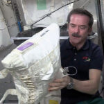 Chris Hadfield drží vak na vodu během jeho pobytu na ISS v rámci Expedice 35 v roce 2013. Foto: CSA