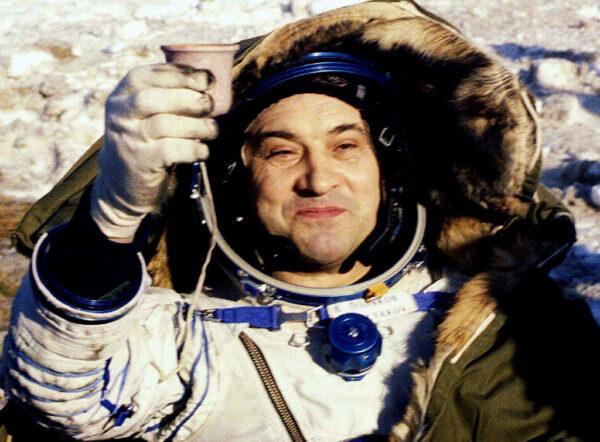 Valerij Poljakov po přistání, které ukončilo jeho rekordní misi.