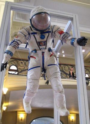 Skafandr Sokol vyvinutý speciálně pro lodě Sojuz. Jsou určeny k ochraně těla před vakuem, kdyby náhodou došlo k dehermetizaci lodě.. Na rozdíl od EVA skafandrů, nedokáží chránit před kosmickým zářením a mikrometeoroidy - to se očekává od lodi samotné. Postup na oblékání si můžete prohlédnout v našem článku Návod na obléknutí skafandru. Zdroj: commons.wikimedia.org