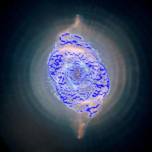 Kompozit snímku NGC 6543 z Hbbleova teleskopu - modře jsou zvýrazněny oblasti, které snímaly detektory sondy Gaia.