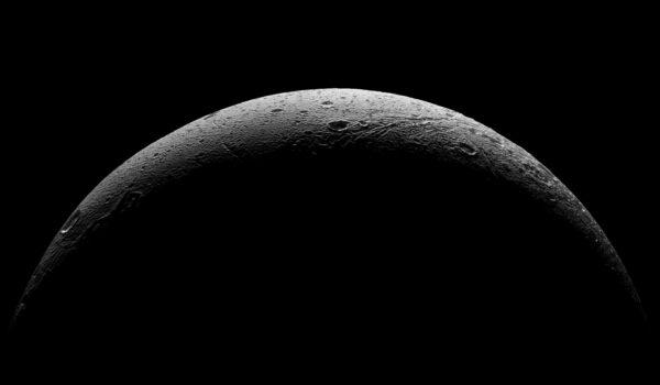 Velmi povedený snímek přechodu světla a stínu na povrchu Dione. Díky tomu jsou velmi dobře vidět povrchové útvary