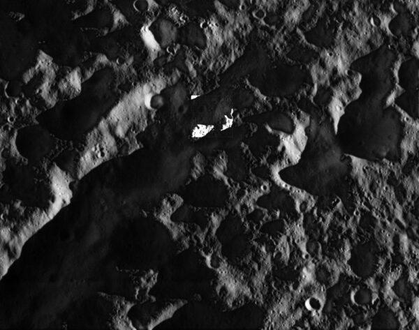 Uprostřed této fotky vidíme pole s uměle zvýšeným kontrastem. I oblasti ležící ve stínu jsou poměrně jasně vidět, protože i noční strana měsíce Dione dostává světlo odražené od Saturnu