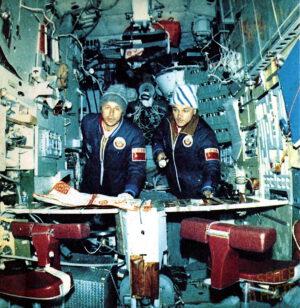 Vldaimir Džanibekov a Viktor Savinych uvnitř stanice Slajut-7. Z jejich oblečení je jasné, v jakých podmínkách museli pracovat. Zdroj: spacefacts.de