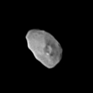 Zatím nejjasnější kompozitní podoba měsíce Nix (o průměru cca 40 - 50 km) v úžasném rozlišení na základě dat 4 snímků kamery LORRI v titulním snímku kolorovaném na základě dat zařízení Ralph ze 14.7. (10:07 SELČ). Podobnou metodou byla publikována už řada předchozích snímků sondy New Horizons. Překvapivé je množství odraženého světla (albedo), které je větší než některé oblasti měsíce Charon. Rovněž velkou záhadou je velký kráter v centrální oblasti měsíce obklopen načervenalým materiálem v okolí. Zatím nevíme, zda jde o materiál vnitřku měsíce, jenž se dostal na povrch díky mohutnému impaktu. Mimo tento kráter žádné další nepozorujeme.Výsledný pohled je třikrát zvětšený.