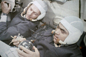 Nikolajev (v popředí) a Sevasťjanov na palubě Sojuzu-9