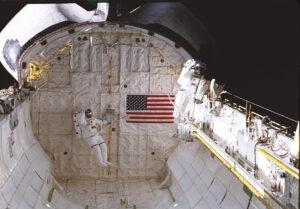 Jay Apt (vpravo) během EVA při misi STS-37