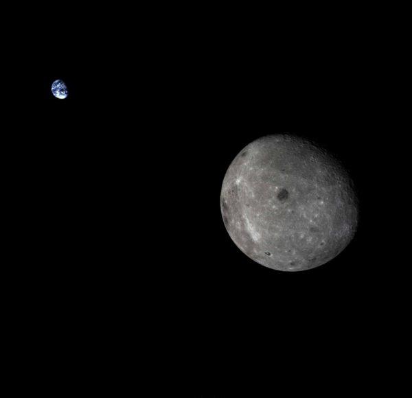 Odvrácená strana Měsíce se Zemí vyfocená sodnou Chang'e 5 T1.