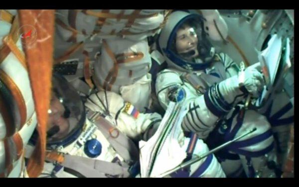 Z tohoto snímku ze startovního videa můžete posoudit, jak je to v Sojuzu stísněné!