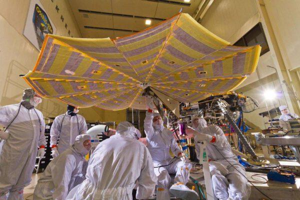 Zkouška solárních panelů landeru InSight