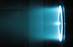 Hallův motor o výkonu 6 kW během pozemních zkoušek v JPL