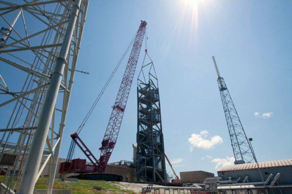 Stavba přístupové věže pro loď Starliner