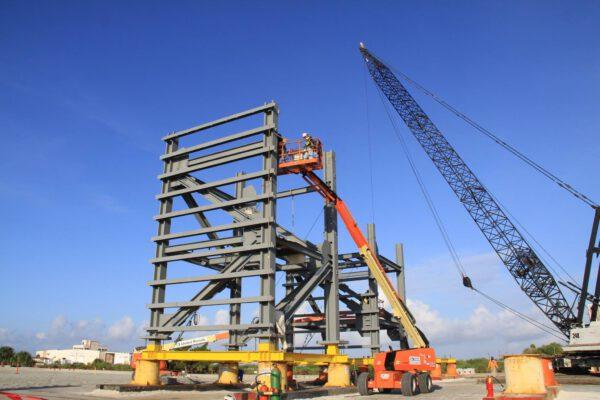 Stavba jednoho ze segmentů obslužné věže
