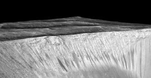 Pětkrát výškově protažený snímek kráteru Garni, kde jsou vidět stopy po tekoucí vodě.