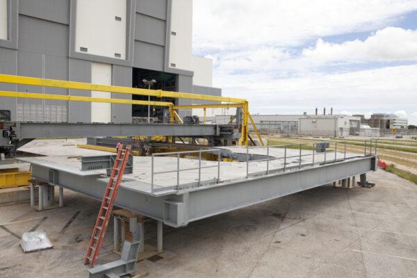 Přístupová plošina J před halou VAB