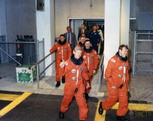 """""""Řekni drogám... možná!"""" aneb posádka STS-36 jde na start"""