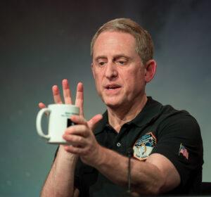 Alan Stern, šéf mise New Horizons. NASA Flickr HQ Photostream