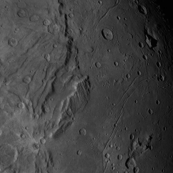Snímek Charonu kamerou LORRI pořízený ze vzdálenosti 84 271 km. Rozlišení je 406 metrů