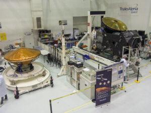 Snímek z dubna letošního roku - v montážní hale společnosti Thales Alenia Space ve francouzském Cannes dorazil modul Schiaparelli, který se měl připojit k družici TGO.