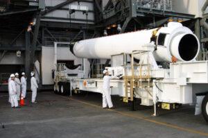 Motor GEM-60 z produkce firmy Orbital ATK před připojením k raketě Delta IV