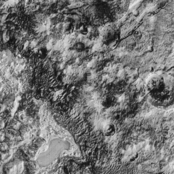 Pluto vyfocené kamerou LORRI ze vzdálenosti 26 559 km. Rozlišení je 131 m/pixel.