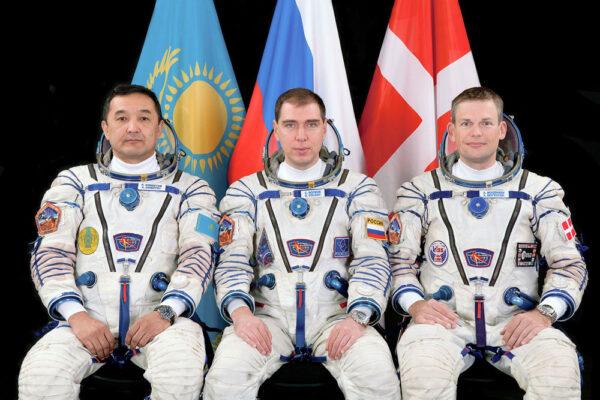 Posádka Sojuzu TMA-18M. Zleva: Ajmbetov - Volkov - Mogensen.