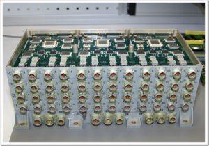 Počítač CVM-101. Běží na procesoru 1V812 a je vybaven 2 MB programovou pamětí a 2 MB operační pamětí. Na první pohled se to může zdát uboze málo, ale v oblastí mikropočítačů a elektroniky je tohle naprostá špička. Se svojí hmotností (8.5 kg), spotřebou a velikostí (370х236х142 mm) je obrovskou úsporou místa, hmotnosti i elektrické energie. Zdroj: russpace.ucoz.ru