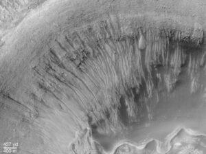 Snímek dne z června roku 2000 - fotka pořízená sondou Mars Global Surveyor. Jsou zde velmi dobře vidět koryta, která vytvořila tekoucí voda.